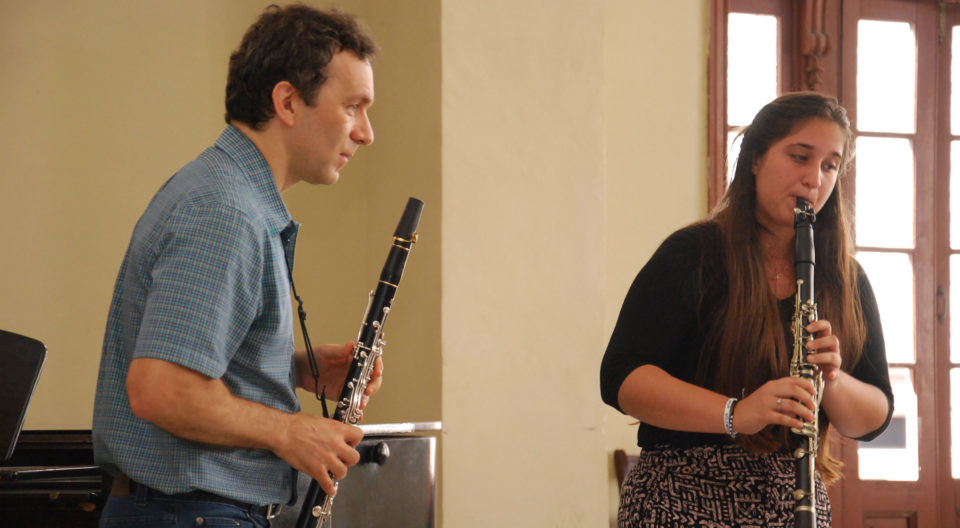Jon Manasse instructs master class for clarinetists in Havana